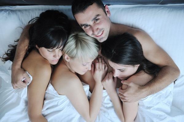 Втроем с женой и ее подругой порно видео